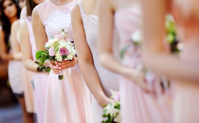 一列にならんで花嫁をむかえるブライズメイド