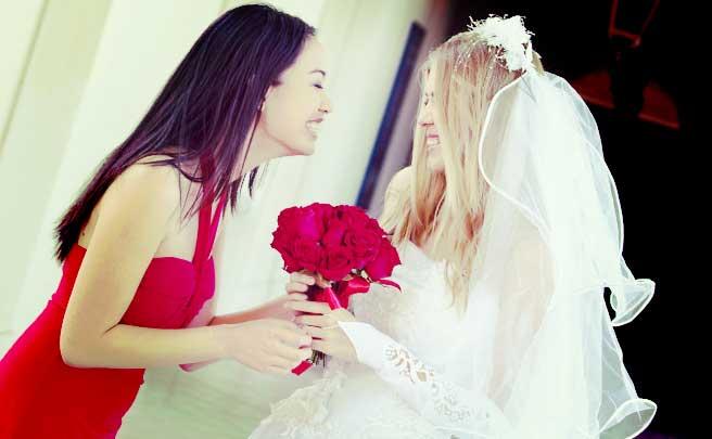 ウェディングドレスを着た新婦と話をしているブライズメイド