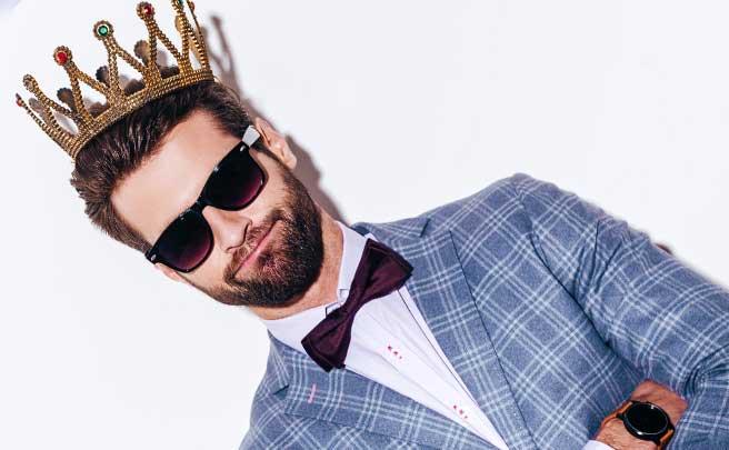 王冠をかぶっている男性