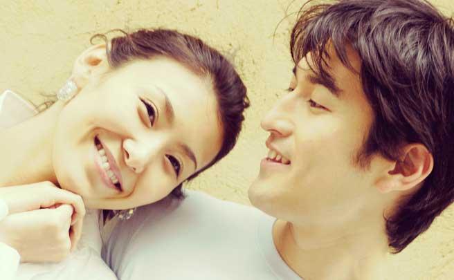 彼女を笑顔で見つめている彼氏