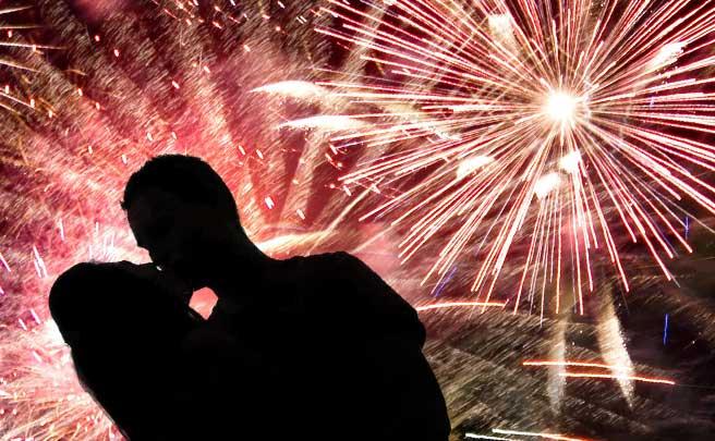 花火をバックにキスしてるカップルのシルエット