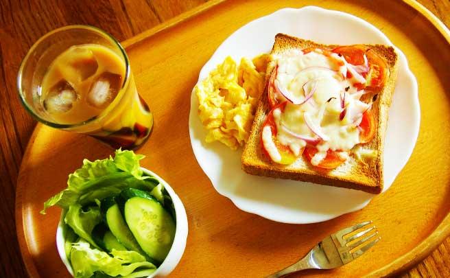 ピザトーストとサラダの朝食