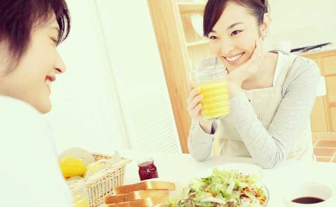朝食を食べてるカップル