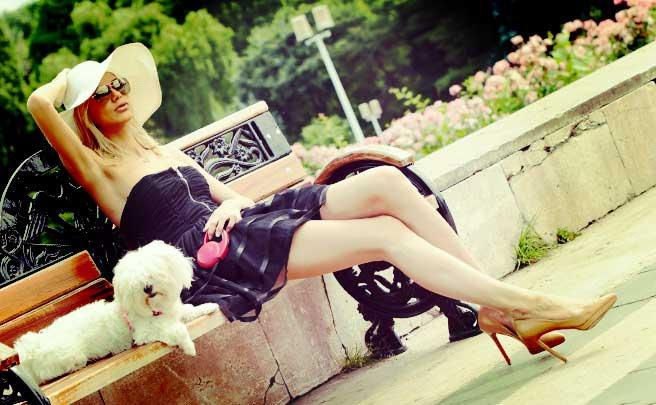 ベンチに座っているモデルのように背の高い女性