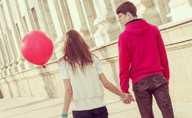 手を繋いで歩いているカップル