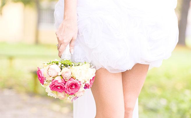 ガーデンウェディング用のスカートの短いウェディングドレス