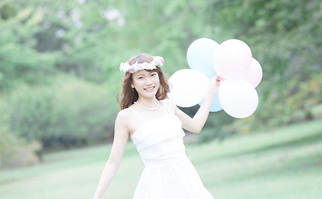 風船を持つ花嫁