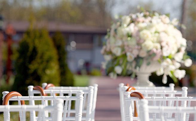 ガーデンウェディングに用意された椅子と傘