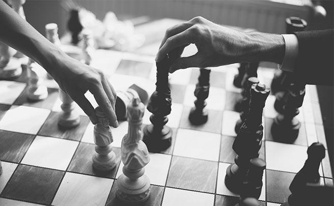 チェスをするカップル