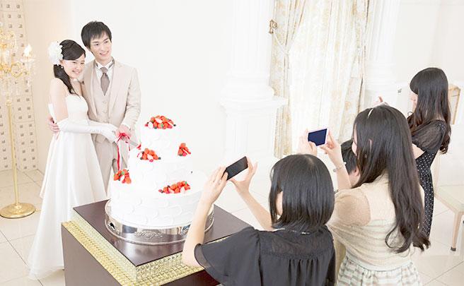 ウェディングケーキを切る新郎新婦