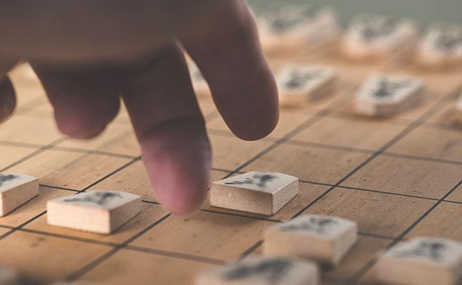 将棋を指している男性