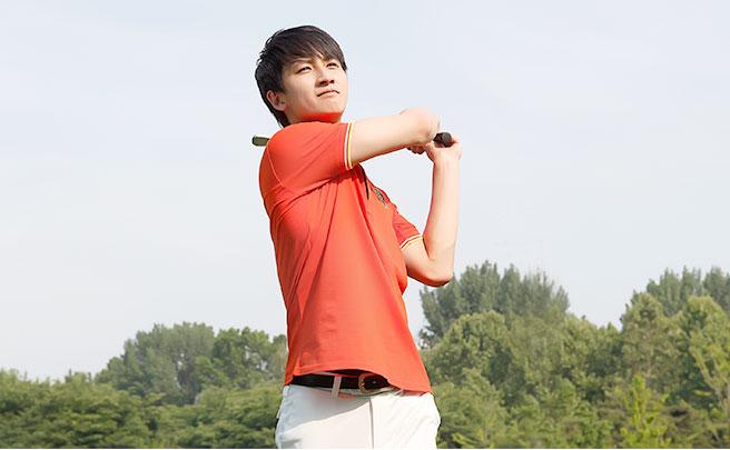 ゴルフをする若い男性