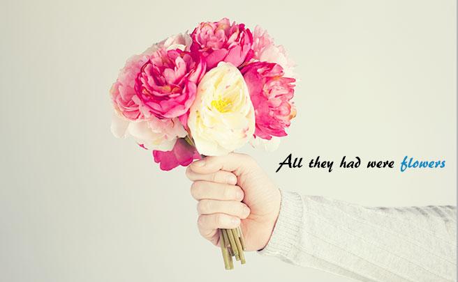 花束を持つ男性の手