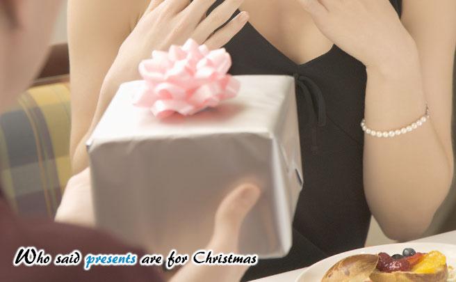彼女にプレゼントをあげる男性の手