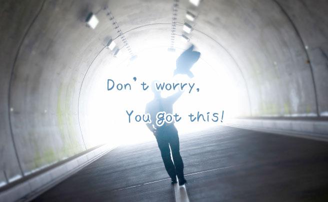 トンネルを歩く男の人