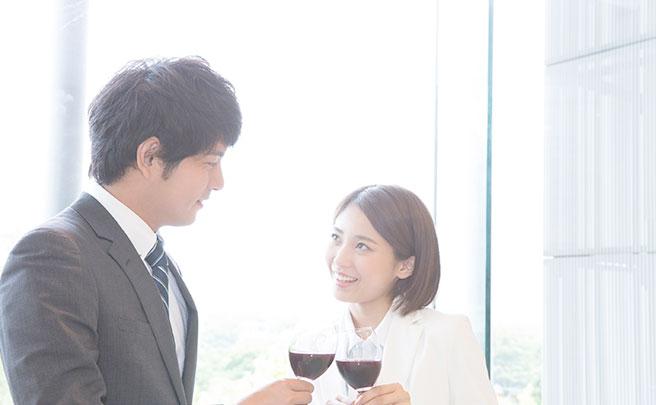 ワインを飲むビジネスマン