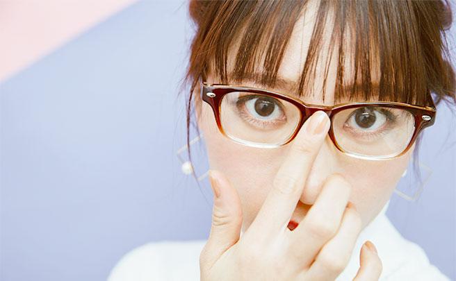 メガネをかけたこちらを覗き込む女性