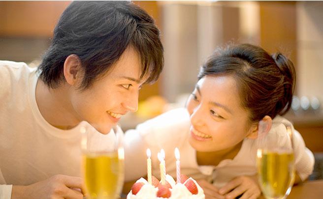 誕生日をお祝いするカップル
