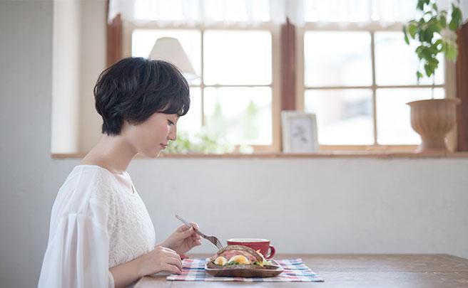 お店で一人でランチを食べてる女性