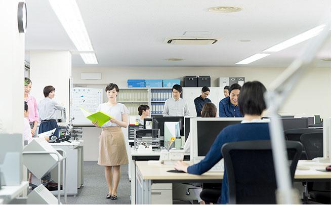 オフィスの中心に歩く女性