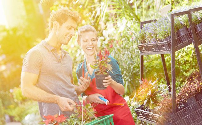 花屋で買い物をするカップル