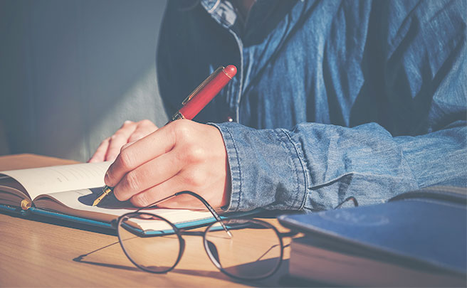 文章を書く男の手