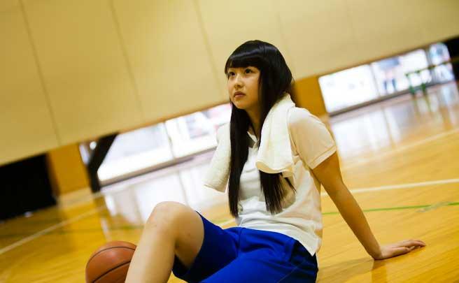 部活でバスケットの練習をしている女生徒