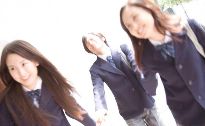 先輩の手を引いて歩いてる二人の後輩女生徒