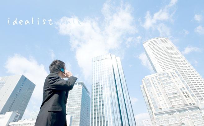 高いビルを見る男性