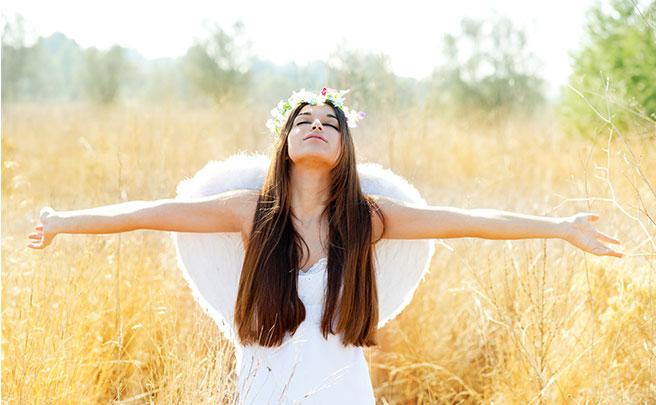 天使の羽根をつけた女性
