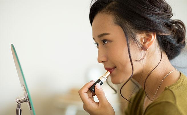メイクをする若い女性