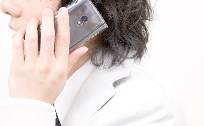 電話する男性の横顔