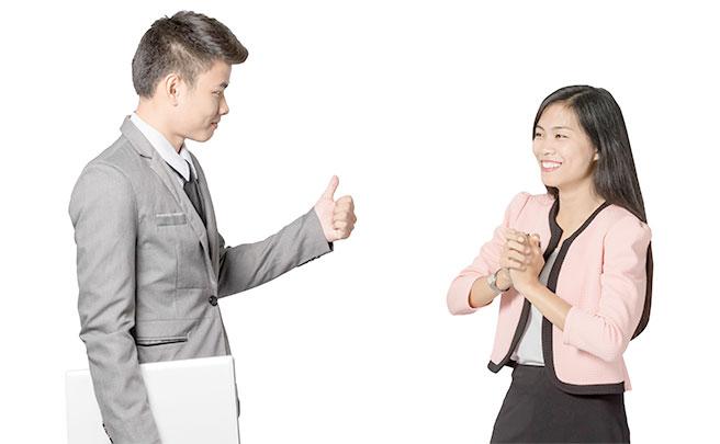 女性を褒める男性
