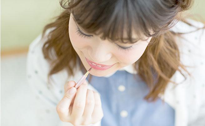 リップティントを塗っている女性