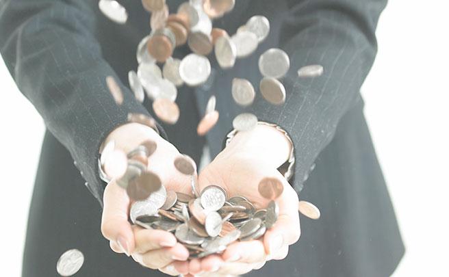 男性の手と小銭