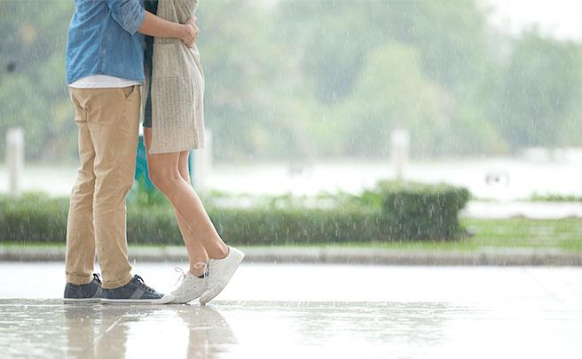 雨の中でハグをするカップル