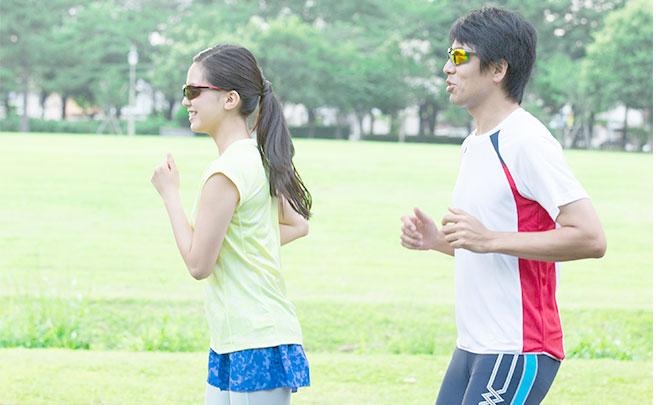 一緒に走るカップル