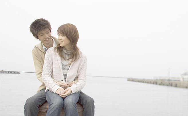 海でデートをするカップルの様子