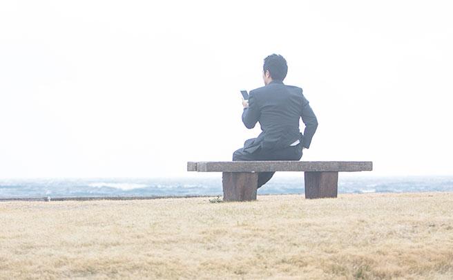 ベンチに座る男の人