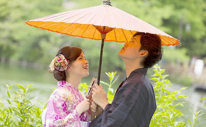 傘の下のカップル