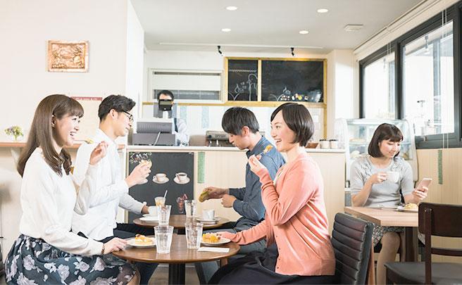 カフェでスイーツを食べる男女