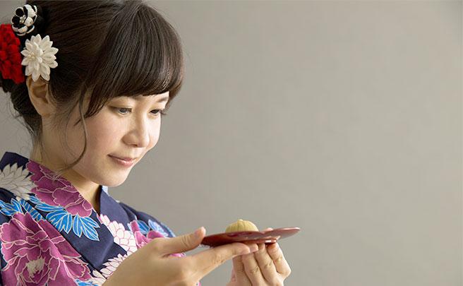 和菓子を見る女性