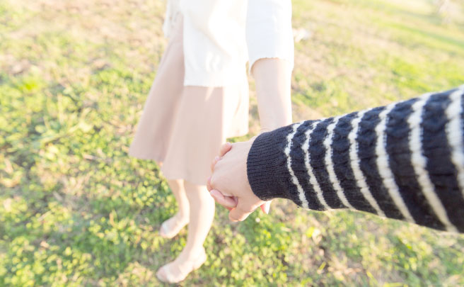 男性を誘う女性の手