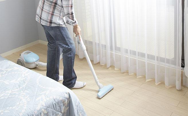 お部屋を掃除する男性