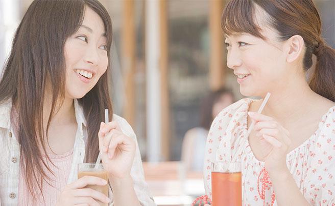 カフェで食べる女性達