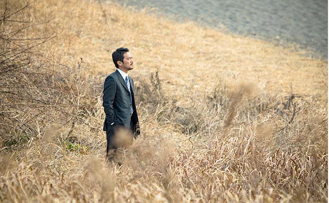 草原で一人で立つ男の人