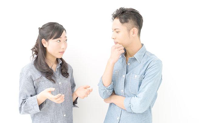 話し合うカップル