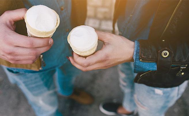 アイスクリームを一緒に食べてるカップル