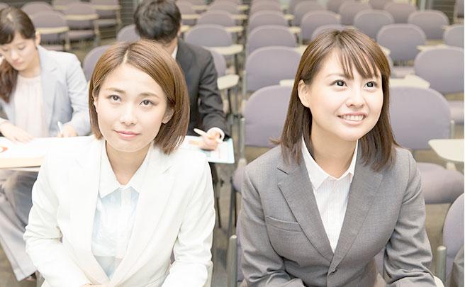 講習会に参加する女性二人