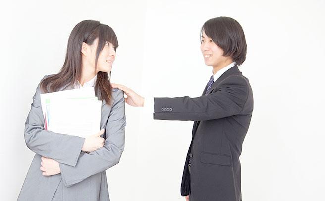 女性を声をかける男性社員